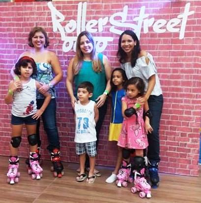Liege Albuquerque, Fernanda Teixeira e Carla Marinho com as crianças