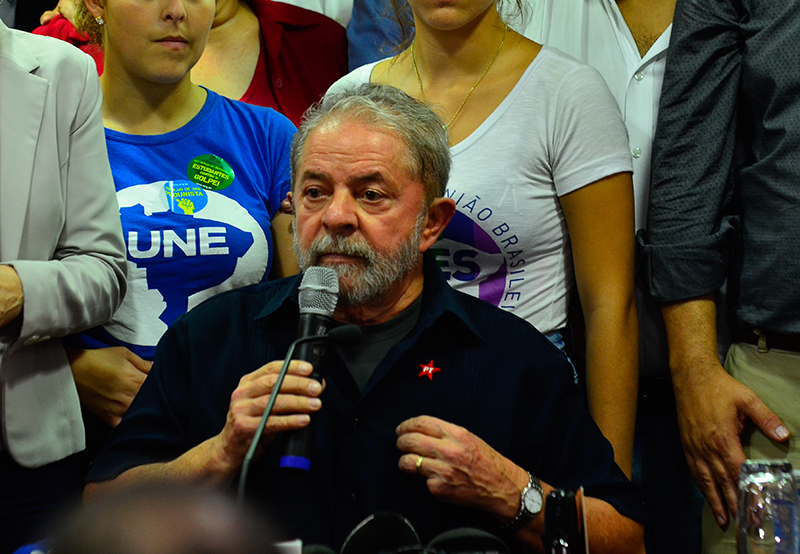 Após prestar depoimento à Polícia Federal no âmbito da 24ª fase da Operação Lava Jato. (Foto: Rovena Rosa/Agência Brasil)