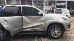 Carro foi batido pelo menos três vezes pelo empresário, que fugiu com o veículo que seria arrestado (Fotos: Divulgação)
