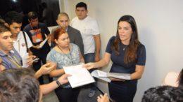 Alessandra Campêlo apresentou documentos durante entrevista coletiva na ALE (Foto: Divulgação)