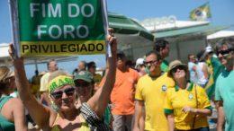 Rio de Janeiro - Manifestação em Copacabana pede fim da impunidade e do foro privilegiado, em apoio à operação Lava Jato da Polícia Federal (Fernando Frazão/Agência Brasil)