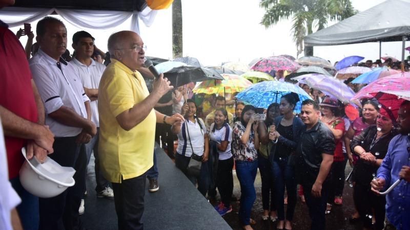 Debaixo de chuva, o governador José Melo faz discurso em Maués no sábado passado (Foto: Bruno Zanardo/Secom)