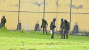 Soldados das Forças Armadas usam detectores de metal para localizar objetos enterrados na área externa do presídio (Foto: Valdo Leão/Secom)