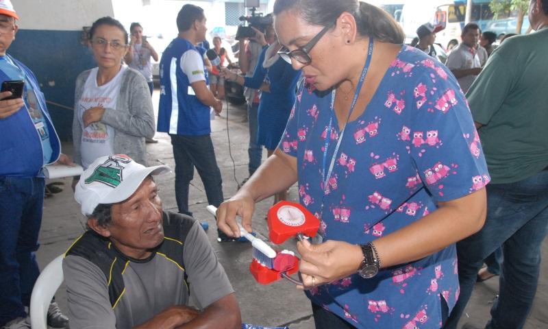Servidores da Semsa ensinaram os indígenas a escovar os dentes (Foto: José Nildo/Semcom)