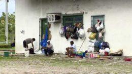 Um grupo de venezuelanos resolveu acampar ao lado da Rodoviária de Manaus (Foto: Reprodução)