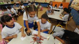 Brasília - Começa amanhã (28) a Conferência Nacional de Educação (Conae), que vai reunir cerca de 3 mil participantes entre gestores, representantes de movimentos sociais, acadêmicos e profissionais da educação. Na foto, crianças em escola de Brasília (Foto: Marcello Casal Jr/ABr)