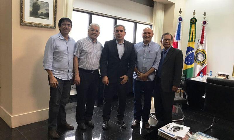 Os diretores do Sindifisco Romildo Oliveira, Roberto Mesquista, Ricardo Castro e José Heraldo com o presidente do TJAM, Flávio Pascarelli (Foto: Divulgação)
