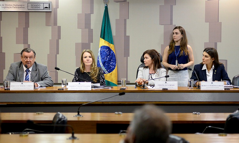 Rebecca Garcia e a senadora Vanessa Grazziotin participaram da discussão da MP 757 (Foto: Jefferson Rudy/Agência Senado)