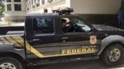 Rio de Janeiro - Agente chega à sede da Polícia Federal, no Rio de Janeiro, levando malotes (Cristina Índio do Brasil/Agência Brasil)