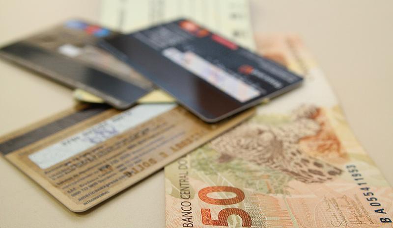 Juro médio do rotativo de cartão de crédito cai para 291,9% ao ano
