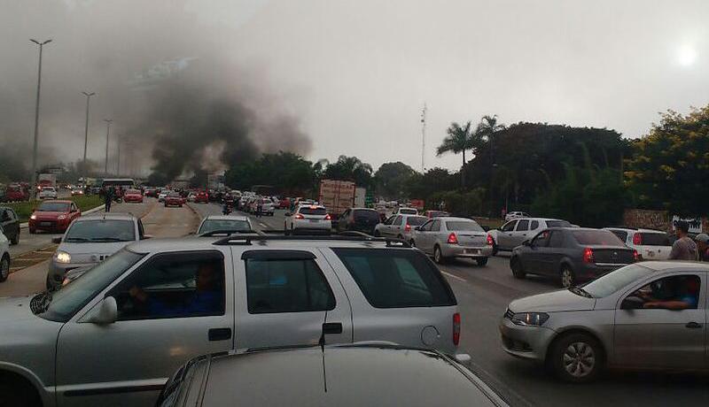 Brasília - A BR- 040 foi bloqueada por manifestantes, por causa dos atos convocados pelas centrais sindicais e pelas redes sociais (Neide Maria/arquivo pessoal/Agência Brasil)