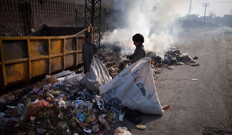 Children collect garbage in Lahore. State of Punjab. (Foto: Marta Ramoneda/UNICEF)
