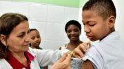 A partir de junho, meninos entre 12 a 15 anos também poderão tomar o imunizante que protege contra o vírus (Foto: Semcom/Divulgação)