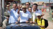 Amazonino Mendes com o senador Omar Aziz (PSD) em campanha no interior do Amazonas: falsa notícia sobre conduta vedada (Foto: Clóvis Miranda/Divulgação)