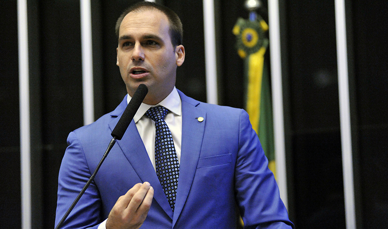 Eduardo Bolsonaro defende acesso a armas por decreto presidencial