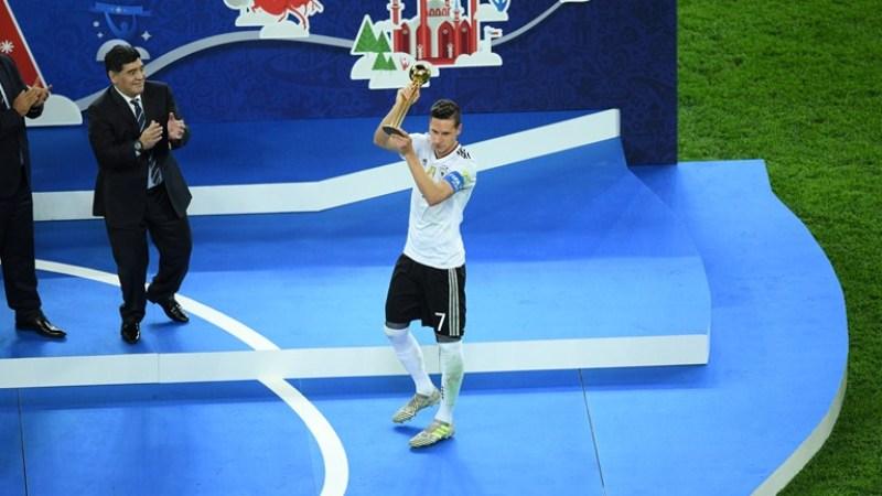 Julian Draxter levantou a taça de campeão da Copa das Confederações (Foto: Fifa/Divulgação)