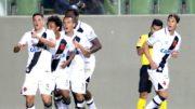 Paulinho (à frente) marcou os dois gols da vitória vascaína (Foto: Paulo Fernandes/Vasco)