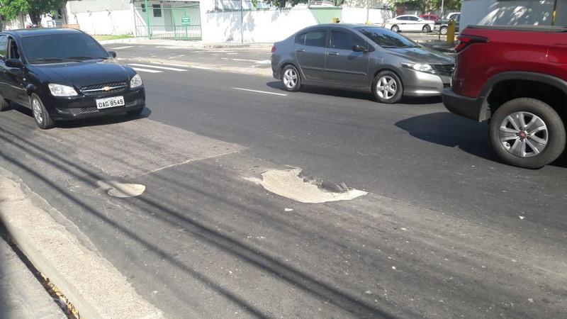 Buracos na Rua Franco de Sá atrapalham tráfego de veículos e representam risco de acidente (Foto: ATUAL)