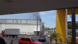 Fogo surgiu no setor de pneus e foi rapidamente controlado pelos Bombeiros (Foto: Divulgação)