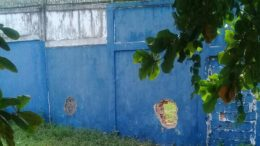 Buraco em muro feito com tampa de bueiro foi usado por adolescentes para fugir (Foto: Sejusc/Divulgação)