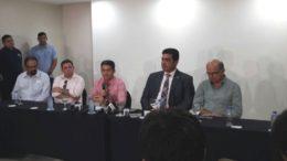 Governador David Almeida (camisa rosa) declarou que não apoiará nenhum dos candidatos do 2º turno da eleição suplementar (Foto: ATUAL)