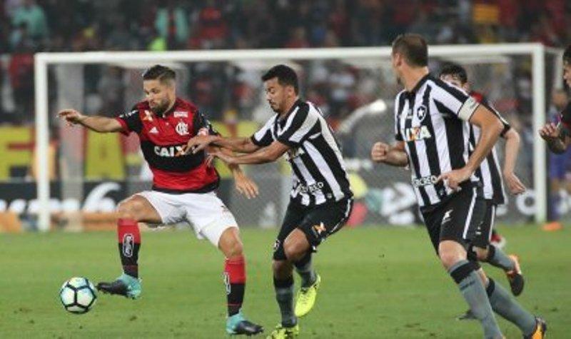 Diego, bem marcado, teve pouco aproveitamento na criação de jogadas com chances de gol (Foto: Gilvan de Souza/Flamengo)