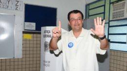 Eduardo Braga votou pela manhã, na zona oeste de Manaus (Foto: Kleiton Renzo/Divulgação)