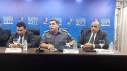Coronel David Brandão (centro) informou sobre ataque de eleitora à mesária (Foto: ATUAL)