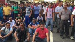 Trabalhadores interditaram o trânsito na Avenida Mário Ypiranga na manhã desta terça-feira (Foto: ATUAL)