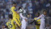 Rever disputa bola com zagueiros do Santos em jogo que o Flamengo perdeu de virada (Foto: Staff Imagens/Flamengo/Divulgação)