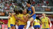 Jogadoras do Brasil festejaram vitória sobre a Sérvia e decidem o Grand Prix com a Itália (Foto: CBV/Divulgação)