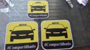 Adesivo identifica o serviço nos táxis que oferecem corridas compartilhadas em Manaus (Foto Divulgação)