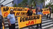 Com faixas, líderes indígenas da etnia Mura chamaram atenção para demarcação de terras (Foto: ATUAL)