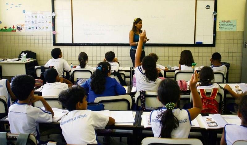 Brasil gasta mais com educação, mas desempenho de alunos é ruim