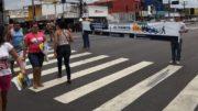 Técnicos do Manaustrans exibiram faixa para conscientizar motoristas e pedestres sobre trânsito segura (Foto: ATUAL)