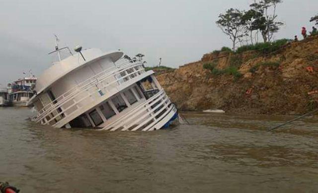 Barco naufraga no Solimões