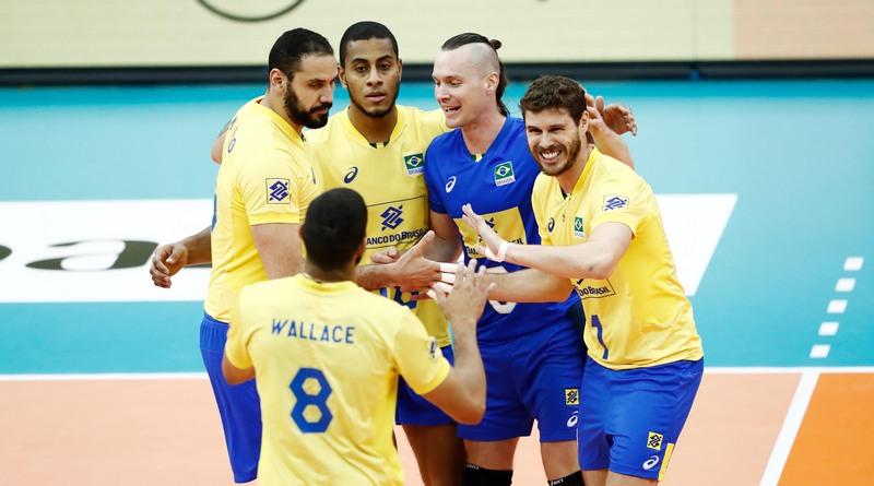 Jogadores festejaram ponto no terceiro set que garantiu vitória do Brasil (Foto: FIVB/Divulgação)