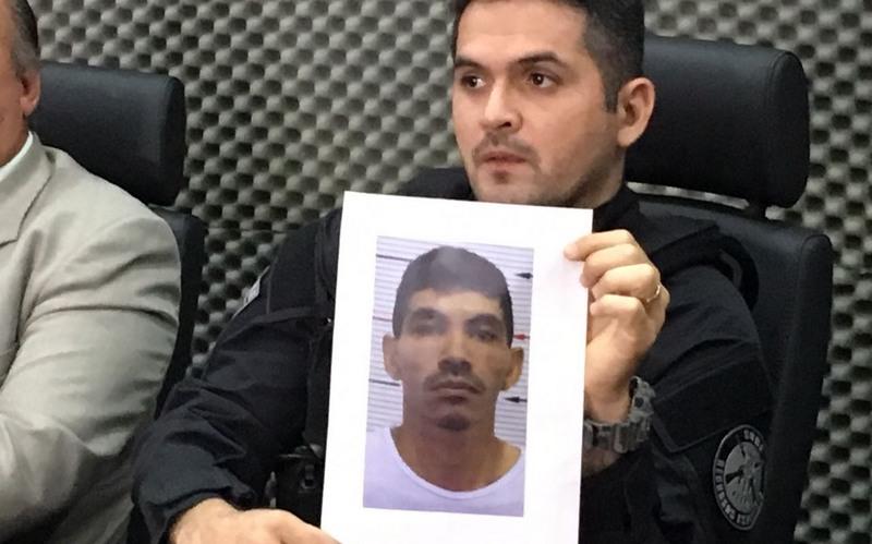 Delegado Juan Valério exibiu foto de José Mateus, mandante da morte de maquiador (Foto: ATUAL)