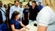 Governador David Almeida acompanha aluna a assinar primeira identidade em programa do governo do Estado (Foto: Valdo Leão/Secom)