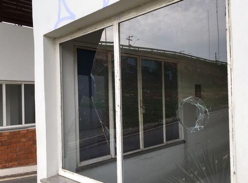 Vidraça da guarita está quebrada e instalações depredadas (Foto: ATUAL)