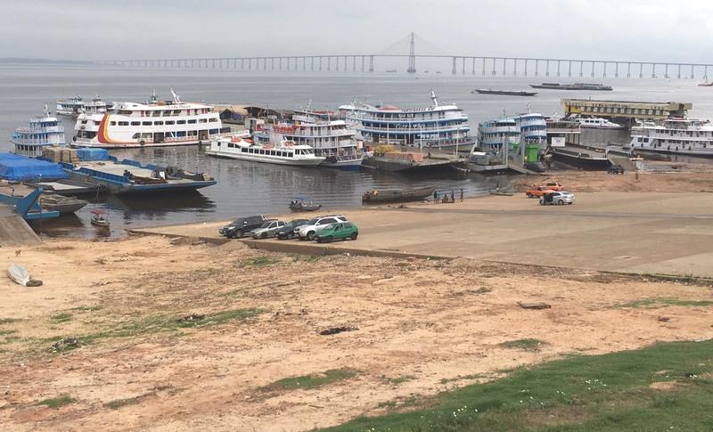 Pequenas embarcações atracam no porto para transportar passageiros e cargas regionais (Foto: ATUAL)