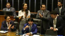Deputada Shéridan, relatora da PEC, aplaude aprovação anunciada pelo presidente interino da Câmara André Fufuca (Fabio Rodrigues Pozzebom/ABr)