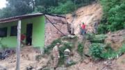 Deslizamento atingiu casa. Uma jovem morreu e um rapaz ficou soterrado. Os bombeiros tentam resgatá-lo (Foto: ATUAL)
