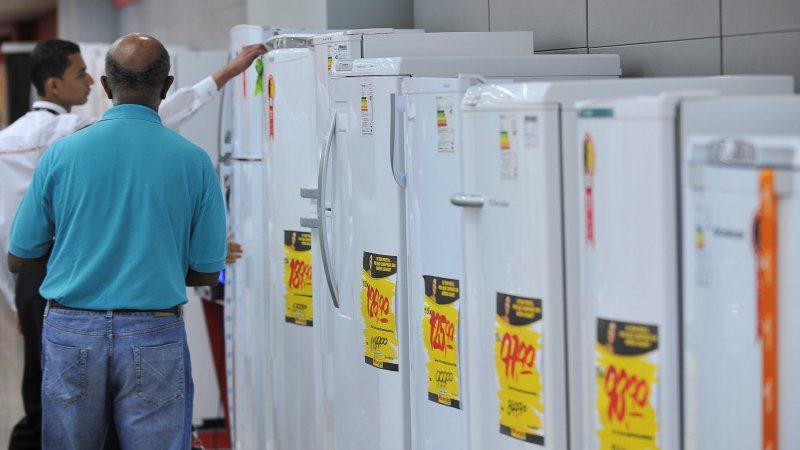 Empresas e consumidores pagaram R$ 475,6 bilhões em juros no ano passado