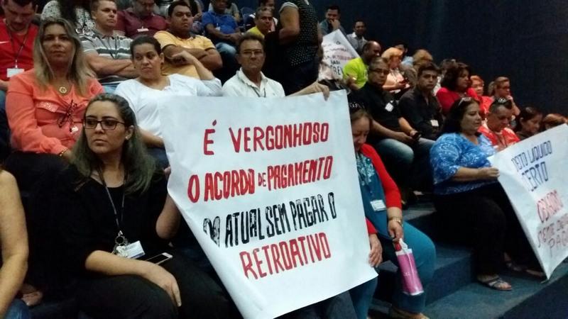 Com cartazes, servidores da Assembleia Legislativa do Amazonas pressionaram deputados por equiparação salarial (Foto: ATUAL)