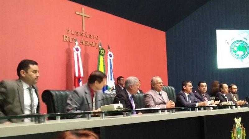 Amazonino Mendes participou de homenagem à igreja evangélica na ALE, nesta terça-feira (Foto: Secom/Divulgação)