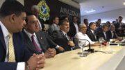 Acompanhado de secretários, Amazonino (camisa branca) deu a ´primeira entrevista como governador no início da tarde desta quarta-feira, 4 (Foto: ATUAL)