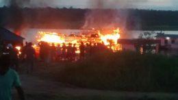 Barco pegou fogo ao ser atingido por explosão de embarcação de combustível em Anori (Foto: Divulgação)
