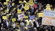 Oposição e aliados dividiram espaço com cartazes na votação sobre denúncia contra Temer (Foto: Luís Macedo/ Ag. Câmara)