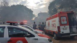 Casa onde as vítimas moravam foi incendiada pelo atirador (Foto: Polícia Militar/Divulgação)